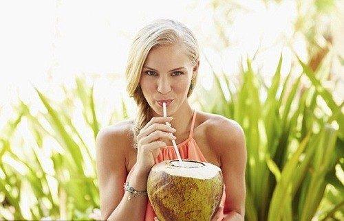 Uống nước dừa có làm kinh nguyệt ra nhiều không là băn khoăn của đông đảo chị em
