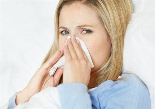 Triệu chứng ban đầu của cảm cúm là sốt, ngứa đau rát họng, chảy nước mũi