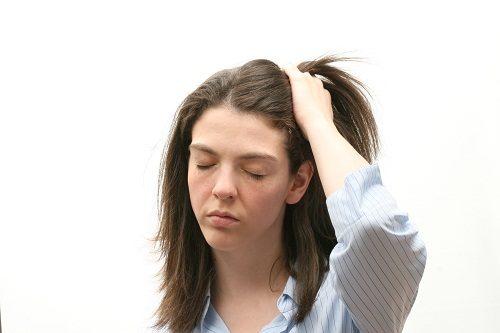 Đau đầu là dấu hiệu rụng trứng thường gặp ở phụ nữ trước rụng trứng và thời kỳ kinh nguyệt