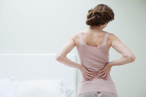 Khi bị mắc viêm vùng chậu, bên cạnh những biểu hiện như sốt, đau phần hạ vị, khí hư nhiều, kinh nguyệt không đều bệnh nhân còn thấy kèm theo triệu chứng đau thắt lưng.