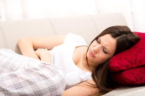 Mắc bệnh viêm vùng chậu, ngoài đau vùng bụng dưới, đau lưng và sốt nhẹ chị em còn dễ thấy khí hư có mùi hôi tanh.