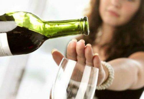 Rượu bia uống nhiều trong kỳ kinh nguyệt có thể khiến tình trạng đau bụng kinh nghiêm trọng hơn