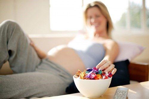 Ăn nhiều đồ ngọt là một thói quen xấu mà mẹ bầu cần bỏ.