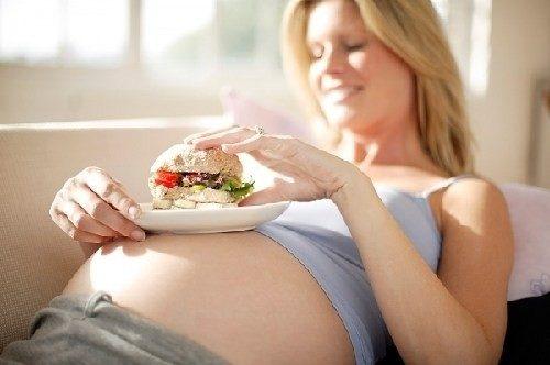 Ăn quá nhiều khiến mẹ tăng cân nhưng con lại có thể bị còi cọc.
