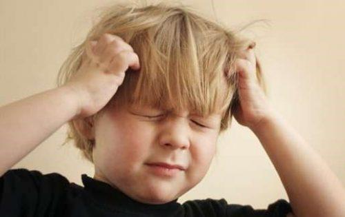 Trẻ mắc viem niệu đạo thường khó tính, cáu kỉnh...