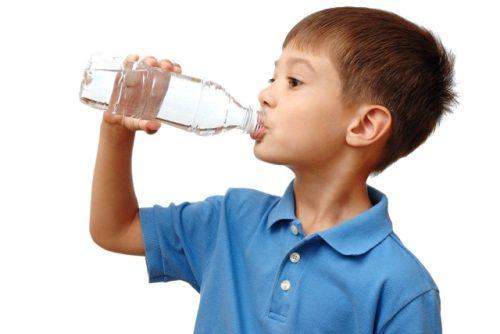 Bố mẹ cần nhắc con nên uống nước thường xuyên