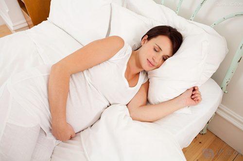 Nằm nghiêng bên trái khi ngủ - đây là tư thế được khuyến khích với các mẹ bầu.