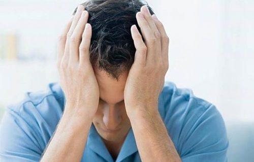 Nam giới thấy hiện tượng chảy mủ đục vào buổi sáng và các triệu chứng sẽ tăng lên khi lao động nặng, uống nhiều bia rượu…