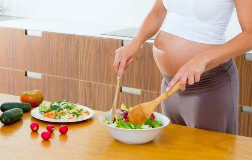 mẹ bầu cần áp dụng chế độ ăn hợp lý, bổ sung đủ dinh dưỡng để thai nhi phát triển toàn diện.