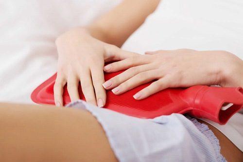 Chườm ấm khi đến kì kinh nguyệt là một bí quyết để làm dịu cơn đau bụng kinh.