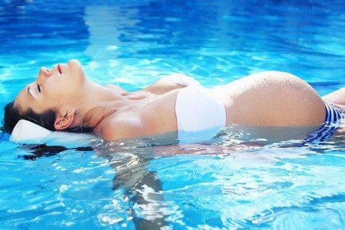Mẹ bầu có nên bơi lội không?