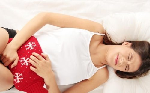 Đau bụng trong kỳ kinh là một tình trạng có thể xảy ra nếu ngừng thuốc tránh thai.