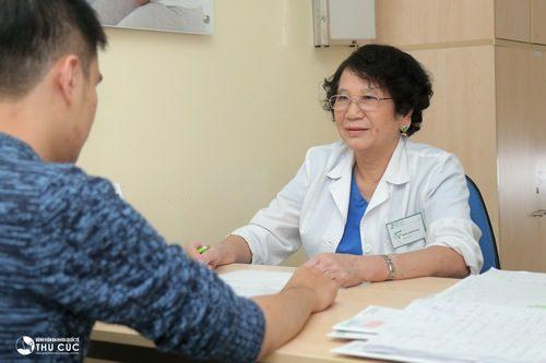 Bạn nam cần đến cơ sở y tế để được thăm khám, chẩn đoán và xử trí thích hợp.