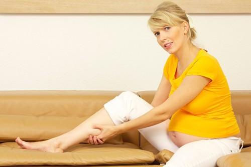 Mẹ bầu bị phù chân tháng cuối thai kỳ, khắc phục thế nào?