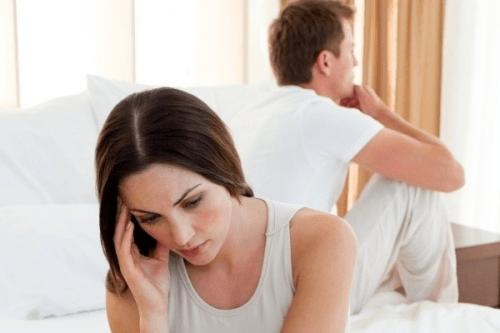 Do chức năng nội tiết nữ suy giảm phụ nữ rối loạn chu kì kinh thường biểu hiện dễ cáu, bốc hỏa, thay đổi cảm xúc bất chợt.