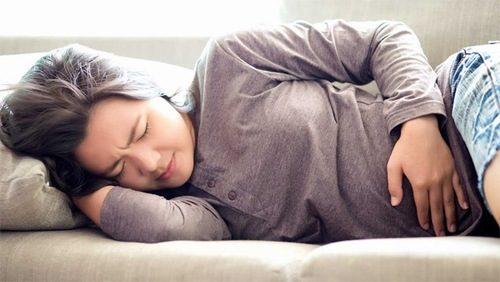 Đau bụng hoặc đau vùng xương chậu dữ dội là triệu chứng của thai ngoài tử cung.