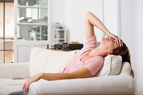 Rối loạn nội tiết tố cũng là một nguyên nhân dẫn tới tình trạng biến đổi màu sắc khí hư, khí hư có màu nâu đỏ.
