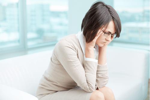 Bệnh càng nặng thì khí hư màu vàng có mùi hôi càng nhiều khiến người bệnh mất tự tin.