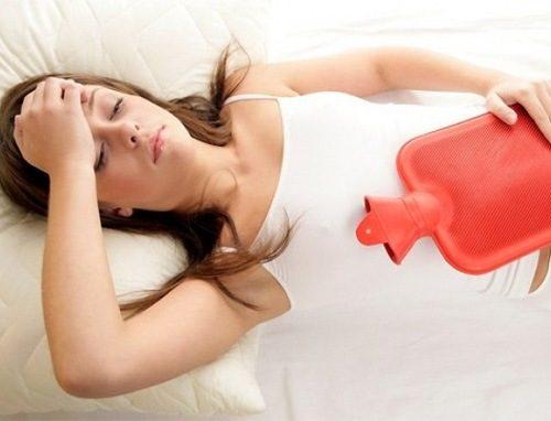 Tình trạng ra kinh nguyệt màu đen có thể do lượng kinh nguyệt tháng trước vẫn giữ lại trong tử cung.