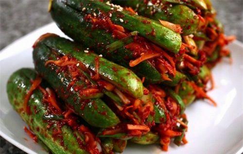 """Trong ngày """"đèn đỏ"""", ăn nhiều đồ ăn chua hay cay quá có thể làm cho máu kinh ra nhiều hơn."""