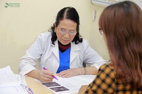 Chị em cần đi thăm khám sớm, tìm đúng nguyên nhân từ đó mà có cách điều trị thích hợp.