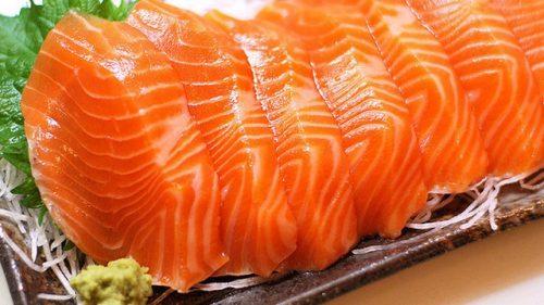 """Cá hồi chứa nhiều a-xít béo thiết yếu và selen, được khuyên dùng đối với những người đang mong có """"tin vui""""."""