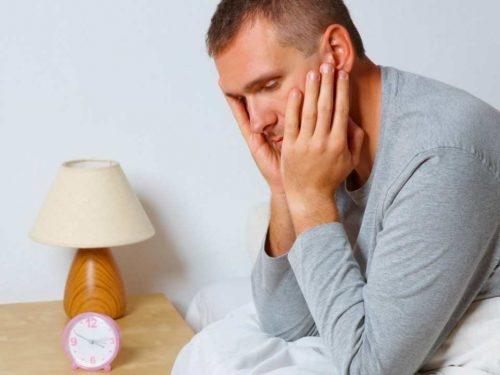 Đau lưng, mệt mỏi... là những biểu hiện của bệnh viêm bàng quang ở nam giới.