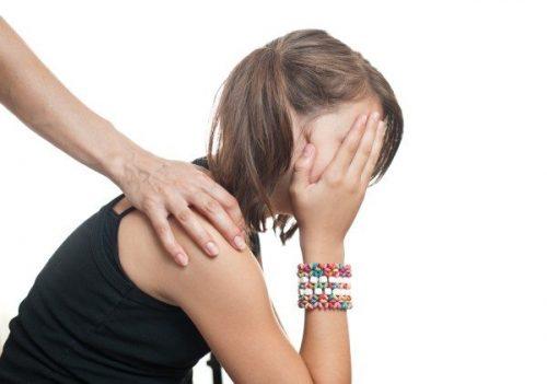 Bé gái hay ngại ngùng không dám nói ra những bất thường ở vùng kín.