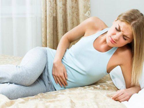 Đau bụng dưới âm ỉ là một trong những dấu hiệu của bệnh u xơ tử cung.