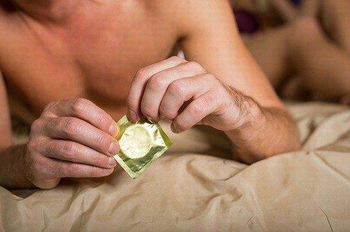 Dùng bao cao su khi xuất tinh, vì sao vẫn có thai?