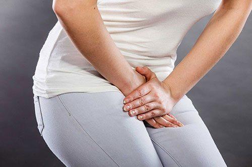 Mùi hôi ở vùng kín có thể là biểu hiện của viêm vùng chậu, đi kèm với tình trạng này, chị em cũng sẽ thấy đau lưng, đau bụng...