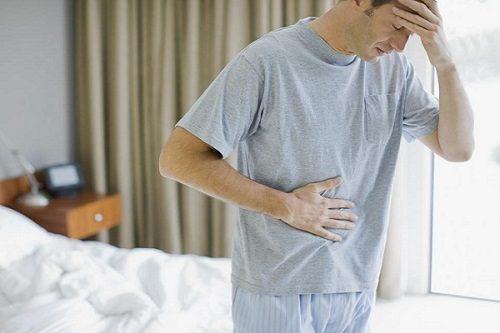 Phì tuyến tiền liệt, khiến tuyến tiền liệt chèn ép vào niệu đạo gây ra cảm giác đau rát khi tiểu, tiểu ra máu.