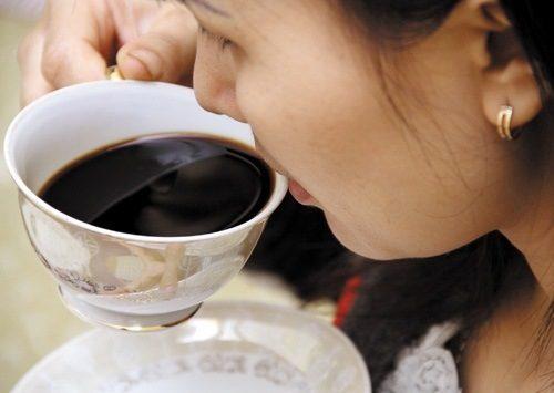 Caffeine chính là lý do khiến bạn cảm thấy mệt mỏi, choáng váng hơn, nên tránh cà phê trong thời kỳ này.