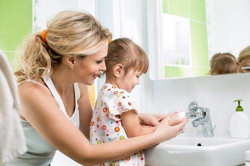Mẹ cần vệ sinh sạch sẽ cơ thể con hàng ngày, việc vệ sinh vùng kín của bé cần đặc biệt quan tâm.