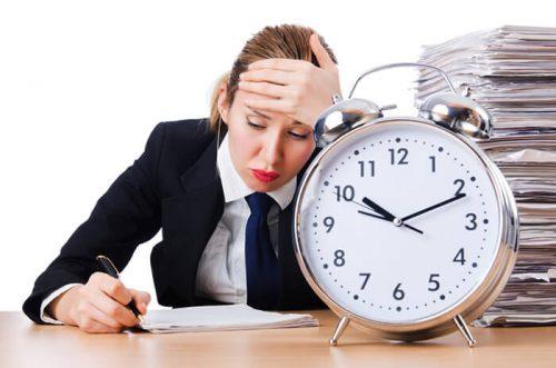 Quá căng thẳng mệt mỏi, suy nghĩ nhiều... có thể cũng ảnh hưởng đến nội tiết tố, từ đó mà ảnh hưởng đến chu kỳ kinh