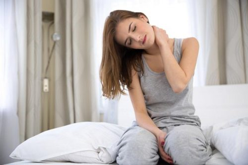 Đau mỏi vai gáy là một tình trạng phổ biến thường gặp ở phụ nữ sau sinh.