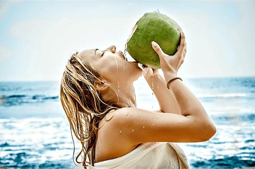 Phụ nữ sau sinh có được uống nước dừa không?