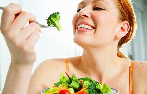 Nên bổ sung nhiều rau xanh, trái cây trong chế độ hàng ngày.