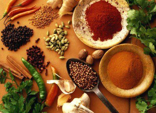 Đồ ăn cay nóng có nhiều ớt, tiêu... làm gia tăng độc tố, khiến viêm nhiễm thêm nặng.