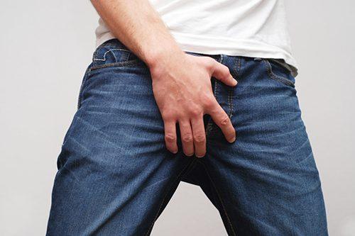 Có nhiều triệu chứng khó chịu khi bị viêm niệu đạo ở nam giới.
