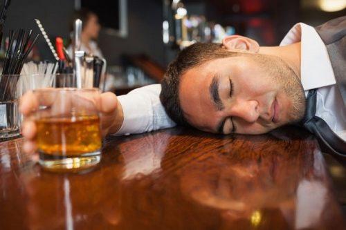 Uống nhiều rượu bia là một trong những nguyên nhân dễ dẫn đến bệnh liệt dương ở nam.