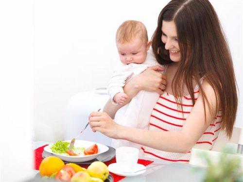 Mẹ nên ăn uống đủ chất, không nên quá kiêng khem sau sinh.