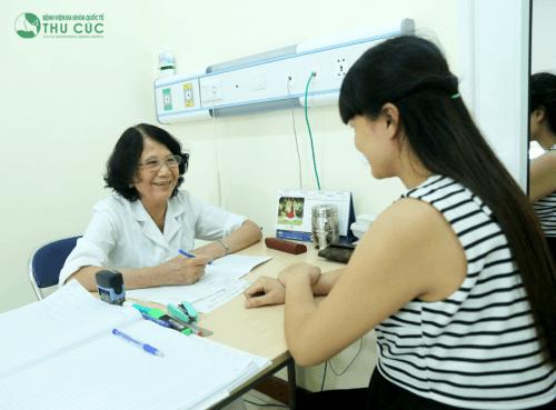 Mẹ kiểm tra sau sinh với bác sĩ Sản khoa.