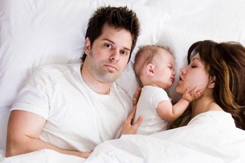 Sinh thường kiêng quan hệ bao lâu là băn khoăn của nhiều cặp vợ chồng sau sinh.