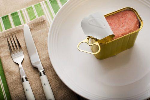 Thực phẩm đóng hộp có thể bị nhiễm một số chất độc hại từ đó gây hại nghiêm trọng đối với sức khỏe.