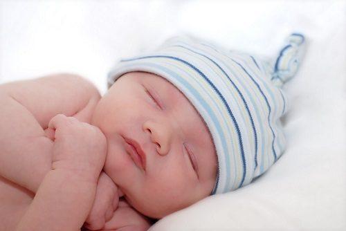Tiêm vitamin k cho bé sau khi sinh.