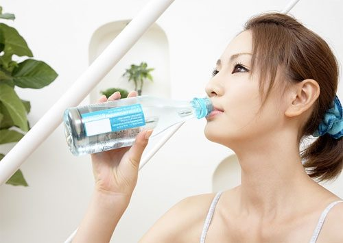 Uống nhiều nước vào buổi tối có thể là nguyên nhân gây tiểu nhiều.