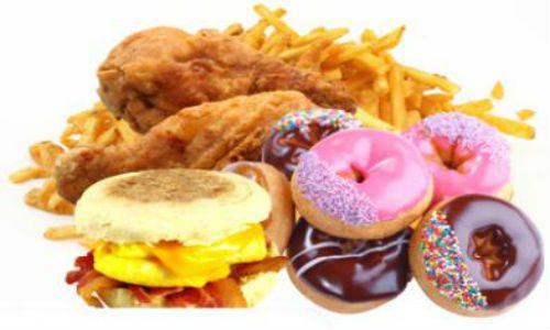 Thực phẩm nhiều đường ít dinh dưỡng, tiêu thụ nhiều sẽ khiến chỉ số đường huyết cao và làm tăng lượng đường trong máu.