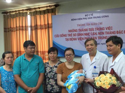 Bé gái sinh non nặng 5 lạng được cứu ngoạn mục