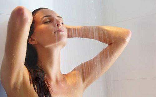 Sinh mổ bao lâu thì được tắm?